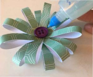 flores de papel con tiras